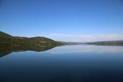 Reflexão no lago norueguês foto de stock