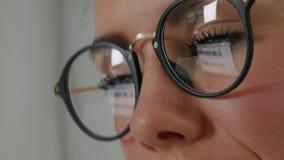 Reflexão nos vidros da jovem mulher: olhando um local filme