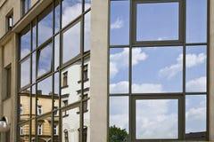 Reflexão nos vidros de um edifício imagem de stock