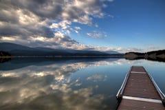 Reflexão perfeita da beira do lago quieta Foto de Stock Royalty Free