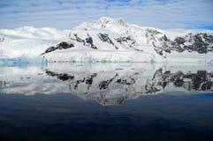Reflexão perfeita de continente antárctico no oceano Imagem de Stock Royalty Free