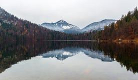 Reflexão perfeita - Kufstein - Áustria imagem de stock