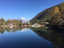 Reflexão preta de Dragon Pool - cidade velha de Lijiang fotografia de stock royalty free