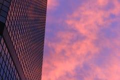 Reflexão roxa Skyscaper Fotos de Stock Royalty Free
