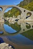 Reflexão surpreendente da ponte do diabo no rio de Arda, Bulgária imagem de stock royalty free