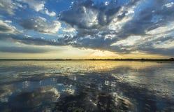 Reflexão tormentoso sinistra do céu sobre o lago natural Imagens de Stock Royalty Free