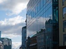 Reflexão velha da casa da arquitetura no edifício novo Imagens de Stock