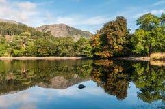 Reflexões adiantadas do outono na água de Coniston Imagens de Stock Royalty Free