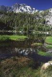Reflexões alpinas do lago na serra Nevada Foto de Stock Royalty Free