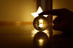 Reflexões através de uma bola de cristal fotografia de stock royalty free