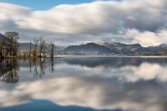 Reflexões bonitas no lago em Ullswater no distrito do lago imagens de stock royalty free