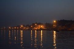 Reflexões claras da noite no Ganges River em Varanasi, Índia Imagem de Stock