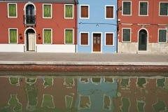 Reflexões coloridas do canal de Burano Italy Imagens de Stock