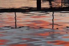Reflexões da água do por do sol de Austrália em Noosa imagem de stock royalty free