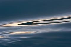 Reflexões da água no mar azul Fotos de Stock