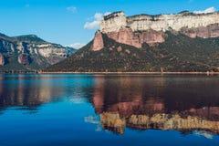 Reflexões da água da paisagem Província do reservatório de Sau de Osona, Catalonia, Espanha foto de stock royalty free