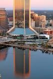 Reflexões da construção no rio Imagem de Stock