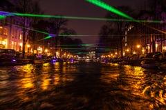 Reflexões da iluminação da noite nos canais de Amsterdão de barco movente do cruzeiro Foto abstrata borrada como o fundo Imagem de Stock