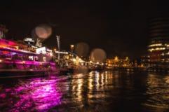 Reflexões da iluminação da noite nos canais de Amsterdão de barco movente do cruzeiro Foto abstrata borrada como o fundo Fotografia de Stock