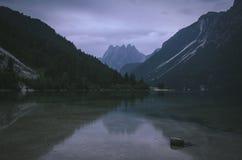 Reflexões da montanha no lago Predil, Itália fotografia de stock