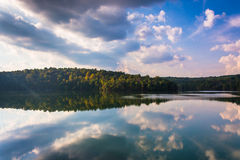 Reflexões da nuvem da tarde no reservatório de Prettyboy, Baltimore Co Imagem de Stock