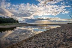 Reflexões da nuvem na lagoa litoral Fotografia de Stock Royalty Free