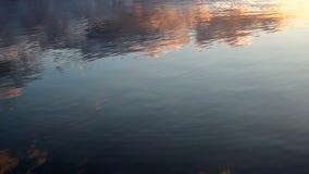 Reflexões da nuvem na superfície do lago video estoque
