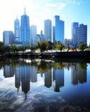 Reflexões da skyline de Melbourne imagem de stock