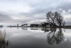 Reflexões das árvores em Thurne Foto de Stock Royalty Free