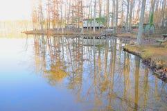 Reflexões das árvores na água fotografia de stock