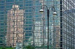 Reflexões das construções em uma construção de vidro Fotografia de Stock