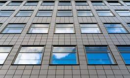 Reflexões das nuvens nas janelas fotografia de stock royalty free