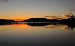 Reflexões de espelho, crepúsculo no lago big Bear, Califórnia Fotografia de Stock Royalty Free
