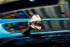 Reflexões de espelho do táxi imagem de stock royalty free