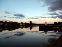 Reflexões de Exe do rio do Weir da calça de tartã, Exeter no crepúsculo imagem de stock royalty free