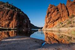 Reflexões de formações de rocha Escalas ocidentais de MacDonnell, Território do Norte, Austrália Imagem de Stock