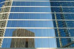 Reflexões de prédios de escritórios da baixa foto de stock royalty free