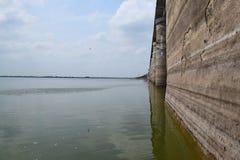 Reflexões de Strength2 - uma parede forte da represa refletida na água com céu aberto Fotos de Stock Royalty Free