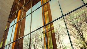 Reflexões de vidro do prédio de escritórios do espelho moderno com colunas filme