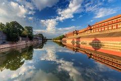 Reflexões do céu azul e das nuvens brancas fotografia de stock
