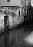 Reflexões do canal em Veneza imagens de stock