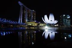 Reflexões do musuem e da Marina Bay Sands Hotel de Artscience em tardio após a chuva Foto de Stock Royalty Free