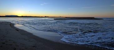 Reflexões do nascer do sol sobre a saída maré do estuário de Santa Clara River no parque estadual de McGrath de Ventura Californi imagem de stock