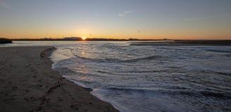 Reflexões do nascer do sol sobre a saída maré do estuário de Santa Clara River no parque estadual de McGrath de Ventura Californi imagem de stock royalty free