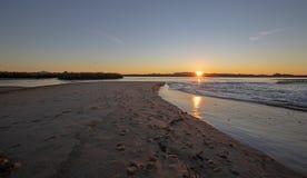 Reflexões do nascer do sol sobre a saída maré do estuário de Santa Clara River no parque estadual de McGrath de Ventura Californi foto de stock royalty free