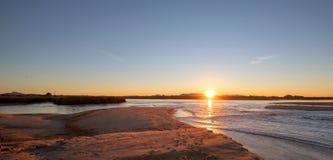 Reflexões do nascer do sol sobre a saída maré do estuário de Santa Clara River no parque estadual de McGrath de Ventura Californi foto de stock