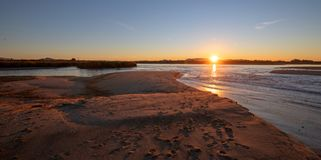 Reflexões do nascer do sol sobre a saída maré do estuário de Santa Clara River no parque estadual de McGrath de Ventura Californi imagens de stock royalty free