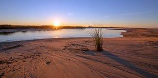 Reflexões do nascer do sol sobre a saída maré do estuário de Santa Clara River no parque estadual de McGrath de Ventura Californi fotografia de stock royalty free