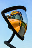 Reflexões do ônibus escolar imagens de stock