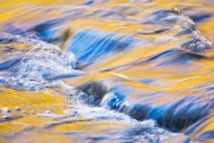 Reflexões do outono na água Foto de Stock